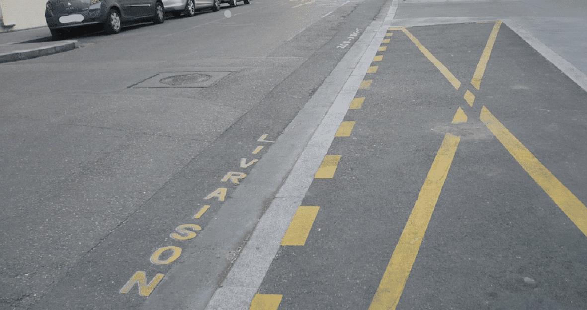 place de stationnement marquage jaune
