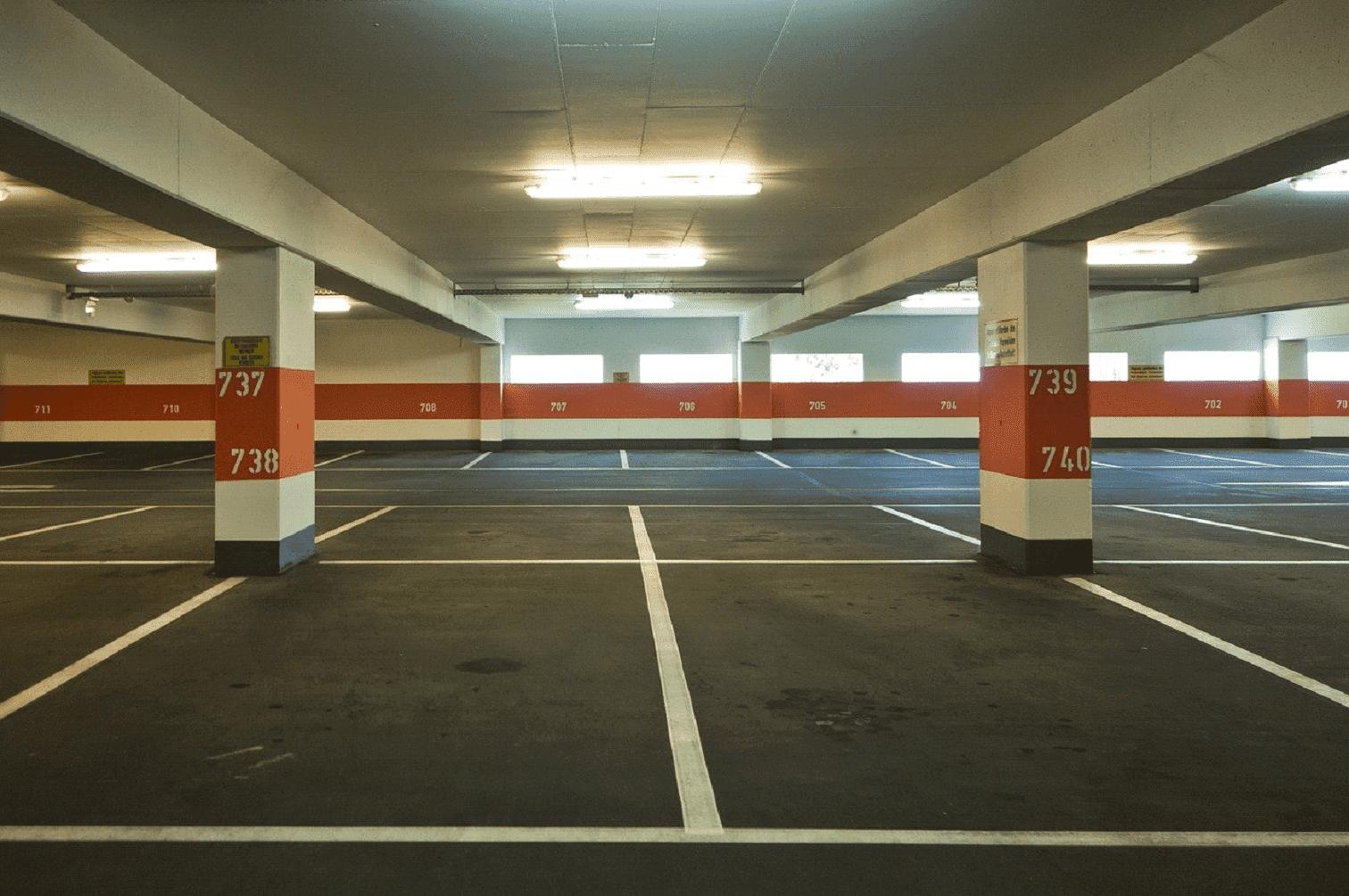 marquage au sol de stationnements dans un garage sous terrain.