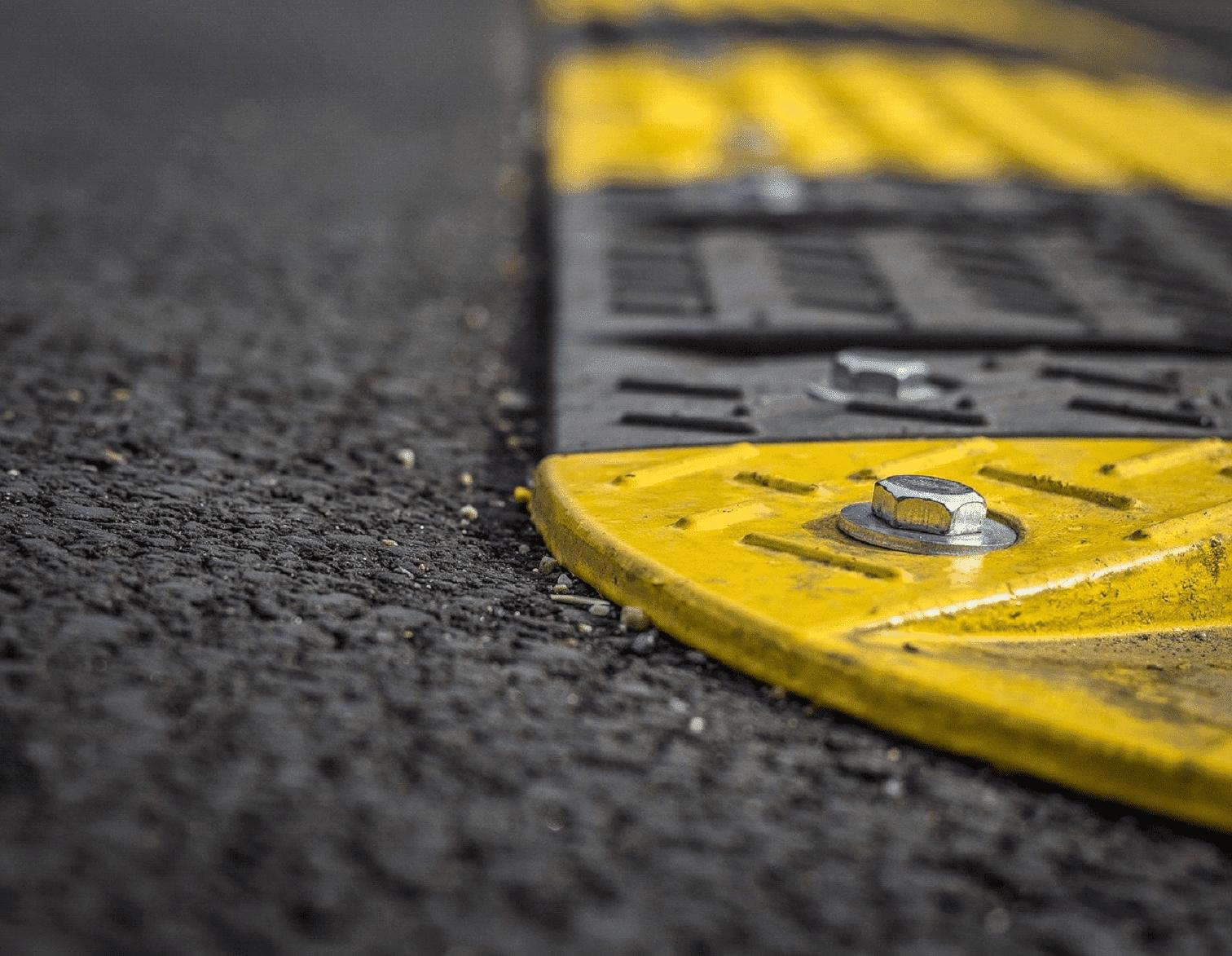 un ralentisseur essentiel au marquage au sol routier